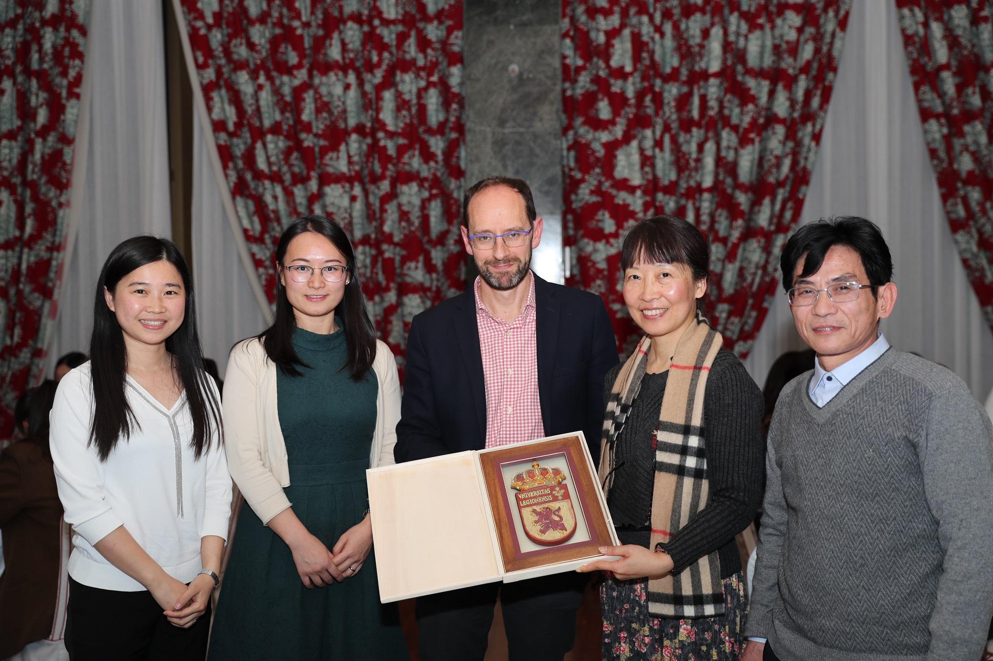 Visita del grupo artístico de la Universidad de Fudan China - imagen 3